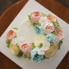 블랑비 플라워케이크~ 남자친구 생일이라고 주문해 주신 미니 크레센트 케이크에요~ 요청하신 색감 최대한 살려서 산뜻발랄한 느낌으로 제작했어요…