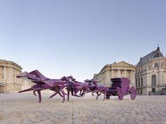 Xavier Veilhan est un artiste plasticien français qui réalise ces sculptures avec un scanner 3D dans lesquelles les détails s'effacent dans des facettes polygonales et qui explorent comment on reconnait des personnes et des objets à partir de ces formes rudimentaires.