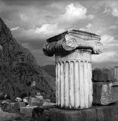 Ο αρχαιολογικός χώρος. Δελφοί, 1954 Νικόλαος Τομπάζης Corinthian, Greek, Statue, Photography, Art, Art Background, Photograph, Fotografie, Kunst