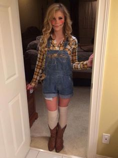 halloween costumes scarecrow 30 DIY Halloween Costumes To Try This Year - Canada Costume Halloween Maison, Halloween Costumes Scarecrow, Halloween Costumes For Teens Girls, Couples Halloween, Homemade Halloween Costumes, Easy Costumes, Halloween Outfits, Halloween Diy, Halloween Makeup