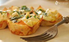 Mini Quiches in won ton wrappers. These seem very similar to the quiche bites sold at the Bake Shop & Hollywood Cafe. Wonton Recipes, Appetizer Recipes, Appetizers, Appetizer Ideas, Tapas, Mini Quiche Recipes, Love Food, Breakfast Recipes, Breakfast Quiche