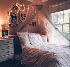 Image via We Heart It #artsy #room #tumblr #roomidea #winterroom #falldecore