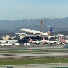 Can you spot the Hollywood sign at the horizon? United airlines taking off from LAX Commercial Plane, Commercial Aircraft, United Airlines, Qantas Airlines, Nature Pictures, Travel Pictures, Iran Air, Visit Los Angeles, Airplane Photography