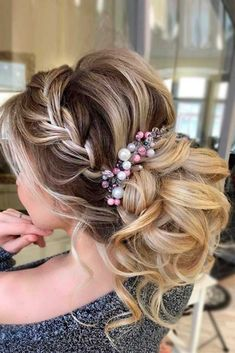 Wedding headbands are often picked by brides. Well, it's no wonder. Such accessory will make any bride look amazing, and it will also add more romance, elegance, and femininity to her image.