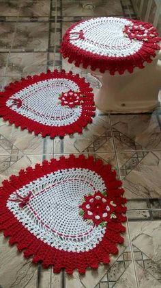 Valentine's Day red and white heart shaped bathroom rug and toilet seat cover set. I'm seeing decorative pillows again, very frilly ones by making two sides a Owl Bathroom Set, Yarn Crafts, Diy And Crafts, Knitting Patterns, Crochet Patterns, Crochet Home Decor, Crochet Kitchen, Crochet Girls, Crochet Accessories