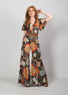 70s floral palazzo bell bottom jumpsuit. Ultra wide leg palazzo fit. Cut out open back with ties. Flutter sleeves. Soft, fuzzy textured fabric