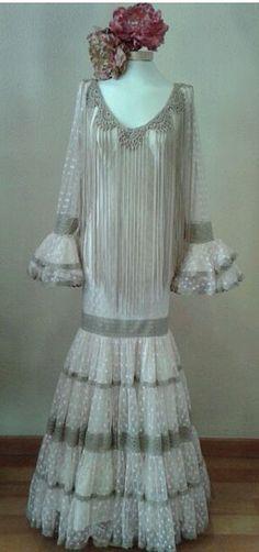 Aires de Feria - Tu traje de Flamenca Canastero y de plumetti Ideal Gypsy Punk, Spanish Style, Crochet Scarves, Fishtail, African Fashion, Wedding Gowns, Hair Beauty, Glamour, Fancy