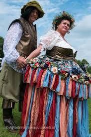 Hier is het kostuum de bloemenelf in de blauwe kleuren te zien en het pak van de begeleider