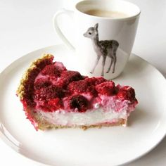 A super simple and delicious cake with only 3 ingredients! Ingredients for 1 person 75 gr oatmeal 200 gr low-fat cottage cheese of your choice 100 gr frozen fruit of your choice 70 ml water sweetener to… Gourmet Recipes, Baking Recipes, Sweet Recipes, Dessert Recipes, Healthy Recipes, Breakfast Cake, Breakfast Recipes, Healthy Baking, Yummy Cakes