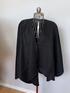 Cape alcapa couleur noir, ajout de fourrure disponible selon votre demande   600$ Capes, Sweaters, Black, Fashion, Budget, Black Colors, Fur, Cape Clothing, Moda
