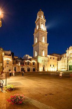 Piazza duomo a Lecce - campanile di sera