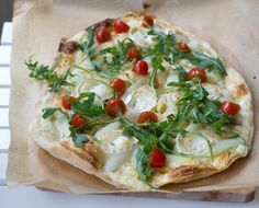 moeys kitchen: Flammkuchen mit weißem Spargel, Ziegenkäse, Tomaten und Rucola