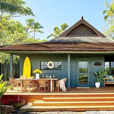 This Hip Maui Bungalow Is a Surfer's Paradise House Maui Decor This Hip Maui Bungalow Is a Surfer's Paradise Beach Cottage Style, Beach Cottage Decor, Coastal Cottage, Coastal Style, Surf Shack, Beach Shack, Style Surf, Casas The Sims 4, Haus Am See