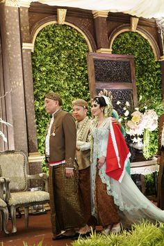 Pernikahan Adat Jawa Tantia dan Elno di Jakarta Javanese Wedding, Indonesian Wedding, Wedding Wishes, Diy Wedding, Wedding Ideas, Bridesmaid Dresses, Wedding Dresses, Wedding Outfits, Traditional Wedding