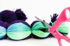 54 ideas for baby diy crochet pom poms Sewing Projects For Kids, Knitting Projects, Crochet Projects, Knitting Ideas, Art Projects, Crochet Christmas Garland, Christmas Diy, Christmas Colors, Diy For Kids