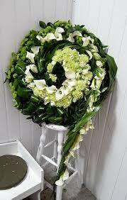 Výsledok vyhľadávania obrázkov pre dopyt Moderne Trauerfloristik: Trauerkränze mit Blattwerk und Blütenschmuck