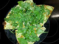 Pizza blanca de calabacín y rucola con pimienta de jamaica y aceite picante