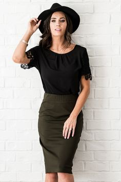 pencil skirt and tshirt outfit Green Pencil Skirts, Pencil Skirt Casual, Pencil Skirt Outfits, High Waisted Pencil Skirt, Muslim Fashion, Modest Fashion, Skirt Fashion, Hijab Fashion, Fashion Women
