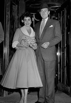 En 1952, Liz Taylor se casó con Michael Wilding  y optó por un vestido acampanado de mangas 3/4 en un tono sobrio. La diseñadora fue Helen Rose.