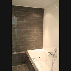 ... badkamer Mosa Terra Maestricht stroken met mat witte wandtegels