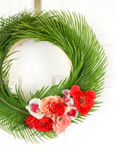 🌟Tante S!fr@ loves this📌🌟Tropical Flower and Palm Leave Wreath for Spring and Summer - Hawaiian Wreath - Summer DIY - Summer Craft - DIY Wreath Silk Flower Wreaths, Floral Wreaths, Diy Wreath, Wreath Ideas, Tulle Wreath, Burlap Wreaths, Mesh Wreaths, Grapevine Wreath, Hawaiian Theme