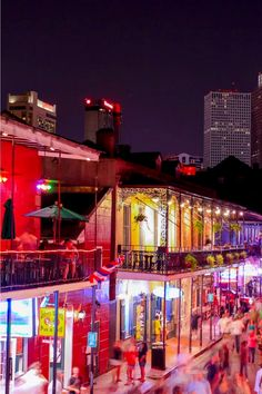 The perfect guide to NOLA for those short on time. A guide to New Orleans in 36 hours. New Orleans has its own special vibe, its a mix of French, Spanish, African, and American. In 36 hours explore the essence of NOLA through food, tours and music. #USA | New Orleans Food | New Orleans Things To Do In | New Orleans Trip Planning | New Orleans Travel Guide | New Orleans Where To Stay | New Orleans Where To Eat | New Orleans Where The Locals Eat #nola Travel Plan, Travel Tips, New Orleans Travel Guide, Stuff To Do, Things To Do, Us Destinations, Florida Beaches, Greece Travel, Usa Travel