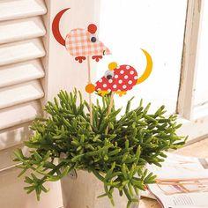 """Gartenstecker mit Motivstanzer (Idee mit Anleitung – Klick auf """"Besuchen""""!) - Eine süße Gartendeko sind diese niedlichen Mausstecker für Beete und Blumentöpfe. Kinder helfen sicherlich mit viel Spaß beim Basteln."""