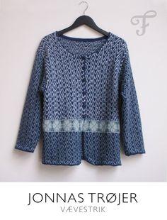 Blå zigzag.  Trøje med knaplukning og skørt. Strikket i alpaka. Design af Jonna Balle    Jonnas trøjer