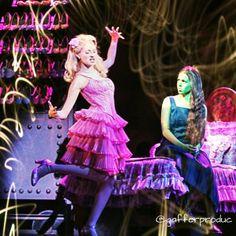 Popular - Ceci de la Cueva (Glinda) and Danna Paola (Elphaba) Wicked México