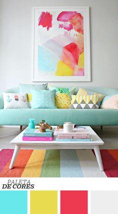 Sala de estar de blogueira é colorida e utiliza o azul turquesa com foco no sofá. Guie-se pela paleta de cores para criar uma bela composição na decoração!