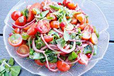 Lækker tomatsalat med ribs og feldsalat - Helt op til månen - Opskrifter Caprese Salad, Picnic, Recipies, Snacks, Food, Mousse, Ribe, Recipes, Appetizers