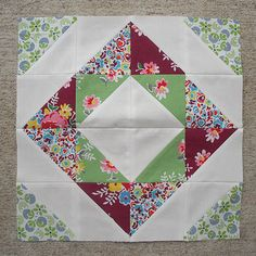 New patchwork blocks tutorial fat quarters ideas Mini Quilts, Scrappy Quilts, Easy Quilts, Patchwork Quilting, Half Square Triangle Quilts, Square Quilt, Easy Quilt Patterns, Pattern Blocks, Quilting Projects