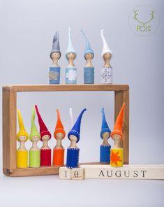Pojga Waldorf naptár  Fából készült naptár bábokkal. A naptár segítségével megjelölheti a napot, a hónapot és az időjárást is.A bábuk ruhája gyapjúfilcből készült.  Természetes anyagokból, kézzel készült termék.  Felhasznált anyagok: juharfa, bükkfa, és gyapjúfilc.