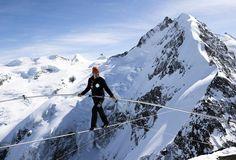 Höchster Seillauf: Der Schweizer Extrem-Akrobat und mehrfache Weltrekordler Freddy Nock hat bei einer riskanten Aktion 347 Meter auf einem dünnen Seil zwischen zwei Alpenbergen zurückgelegt. Ursprünglich wollte er mit einem blickdichten Helm, also blind balacieren. Aber das Seil war nicht straff genug gespannt dafür. Mehr Bilder des Tages auf: http://www.nachrichten.at/nachrichten/bilder_des_tages/ (Bild: epa)