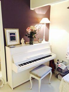 White piano , aubergine wall - hvitt piano , lilla vegg