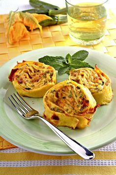 Rotolo di crespelle con ripieno di ricotta e zucchine crêpes farci à la ricotta et courgettes
