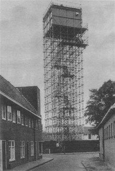 """'De puist van #Bussum' De toren van Studio Irene had een dubbele zend- en ontvanginstallatie die contact onderhield met de zender in IJsselstein (het latere Lopik). Bij slecht weer was contact met Lopik behoorlijk  verstoord. In 1955 werdt daarom een tijdelijke toren gebouwd, die al snel de naam """"de Puist van Bussum"""" kreeg. Twee PTT beambten beklommen iedere dag 154 treden om de hoge cabine te bereiken. De toren heeft van 1955 - 1960 dienst gedaan. In 1960 werd de toren gesloopt…"""