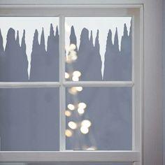 das Fenster mit Kunstschnee besprühen Frost