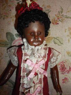 Muñeca francesa negra, vestido de antiguo algodón a rayas con encajes