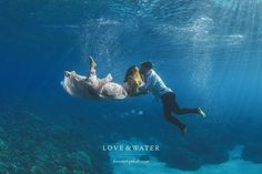 Couple Gets Married Under Water. www.lovewaterphot... ________ Love & Water photography explore underwater photo techniques. #underwaterphotography #photography #advertising