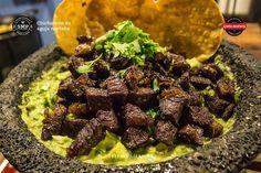 Chicharron de ribeye con guacamole Meat Recipes, Mexican Food Recipes, Ethnic Recipes, Fresco, Cilantro, Guacamole, Salsa Fresca, Chicharrones, Vegan Recipes