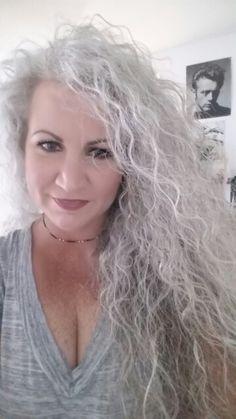 Stylish Haircuts for Older Women - Trend Frisuren Long Silver Hair, Long Gray Hair, Grey Curly Hair, Curly Hair Styles, Wavy Hair, White Hair, My Hairstyle, Pretty Hairstyles, Silver Haired Beauties