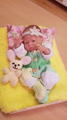 HaMade / Pletený overal a ponožky Crochet Hats, Kids Rugs, Dolls, Kid Friendly Rugs, Puppet, Doll, Puppets, Nursery Rugs, Baby Dolls