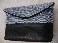 Carteira feita em tecido de linho e viscose com couro.