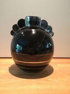 Boch La Louvière - bolle vaas in zwarte keramiek met zilveren belijning