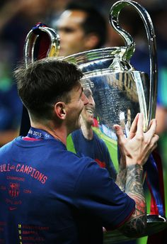 BERLIN, GERMANY - JUNE Lionel Messi of Barcelona lifts the trophy after the UEFA Champions League Final between Barcelona and Juventus at Olympiastadion on June 2015 in Berlin, Germany. (Photo by Ian MacNicol/Getty Images) Football Icon, Football Memes, Football Players, Barcelona Football, Fc Barcelona, Uefa Champions League, Lionel Messi, Camp Nou, Messi 2015