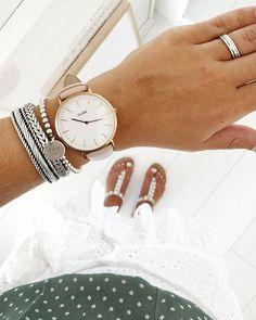 Vraag een vrouw naar haar armcandy en ze heeft vast een mooi verhaal bij elke armband. Mix je stoere armbanden bijvoorbeeld met je allerliefste mama armband, net als Anouk doet 👌🏻 . REPOST . Naast Interieur ben ik ook gek op sieraden, tassen,