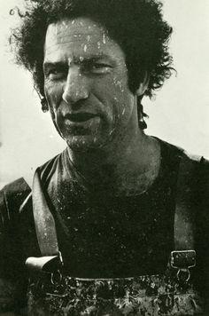 Richard Serra es un escultor minimalista estadounidense conocido por trabajar con grandes piezas de acero corten. Considerado uno de los mejores escultores vivos, Serra obtuvo el Premio Príncipe de Asturias 2010.