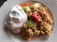Frisk og syrlig rabarbra og jordbær smuldrepai | Heidis Verden