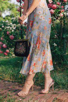 Tapestry purse on: www. Vintage Dresses, Nice Dresses, Romantic Mood, My Secret Garden, Parisian Chic, Fashion Outfits, Womens Fashion, Beauty Skin, Frocks